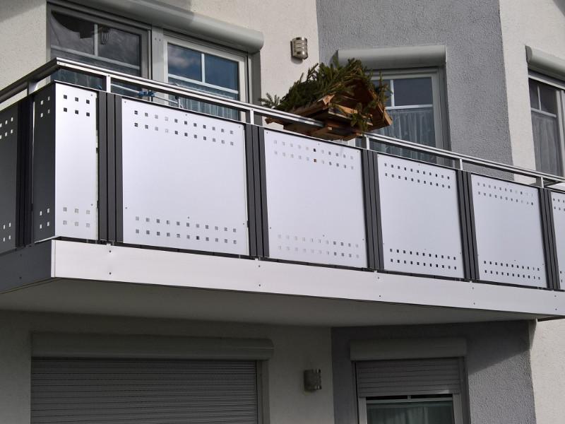 balkon_geissler_aluminium_blech_vorne_durchlaufend_beispiel_01AB