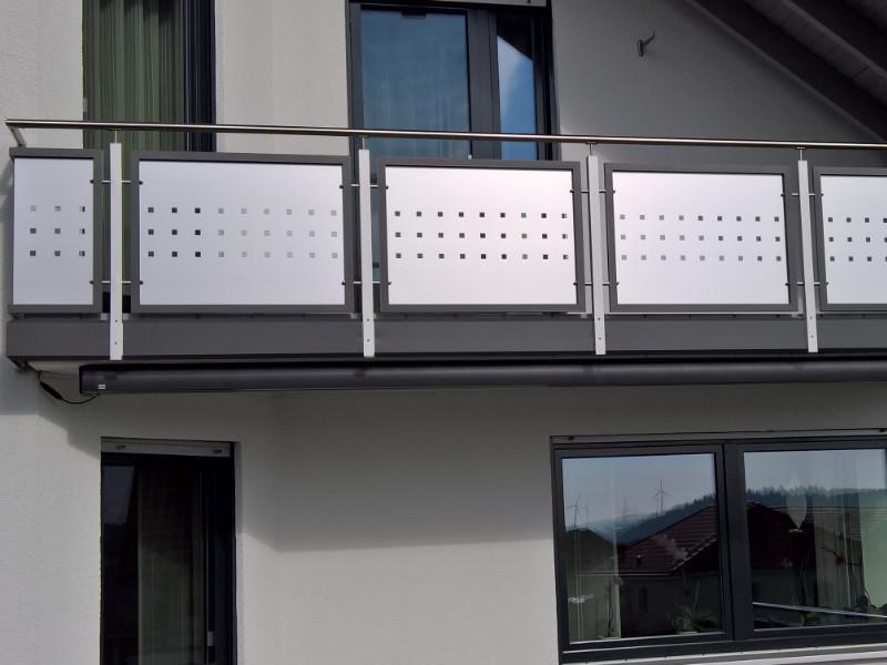 balkon_geissler_aluminium_blech_zwischen_den_pfosten_beispiel_01ABP