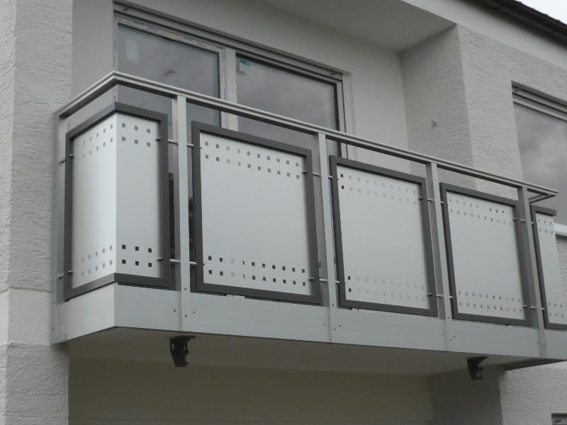 balkon_geissler_aluminium_blech_zwischen_den_pfosten_beispiel_02ABP