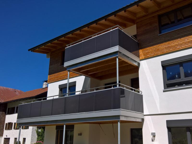 balkon_geissler_aluminium_glas_vorne_durchlaufend_beispiel_01AG
