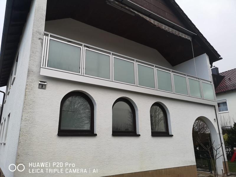 balkon_geissler_aluminium_glas_vorne_durchlaufend_beispiel_02AG