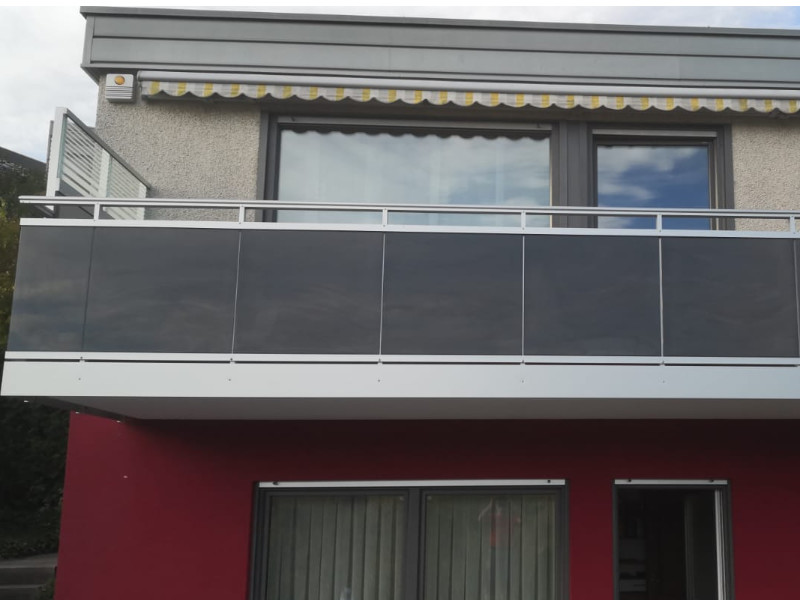 balkon_geissler_aluminium_glas_vorne_durchlaufend_beispiel_03AG