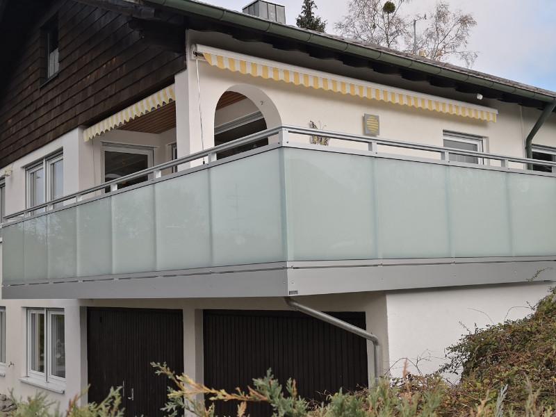 balkon_geissler_aluminium_glas_vorne_durchlaufend_beispiel_07AG