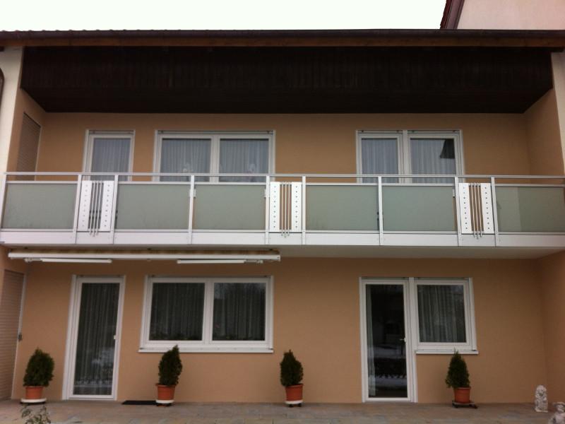 balkon_geissler_aluminium_glas_zwischen_den_pfosten_beispiel_02AGP