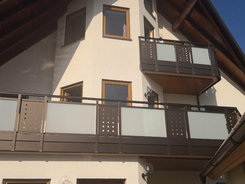 balkon_geissler_aluminium_glas_zwischen_den_pfosten_beispiel_03AGP