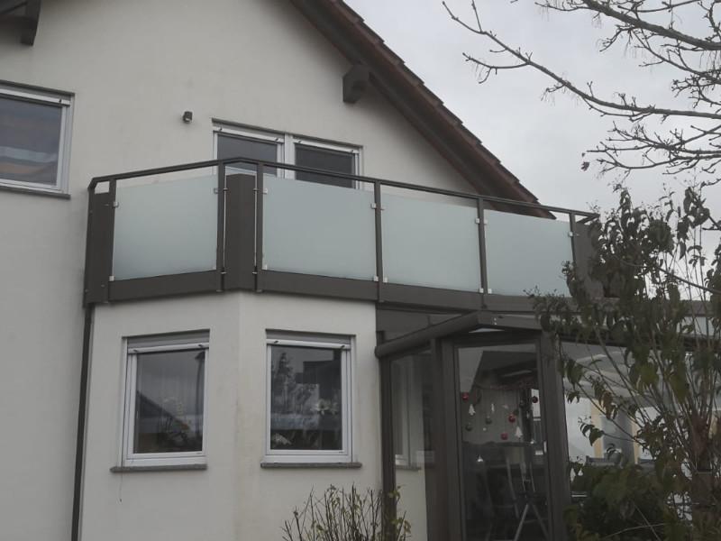 balkon_geissler_aluminium_glas_zwischen_den_pfosten_beispiel_04AGP