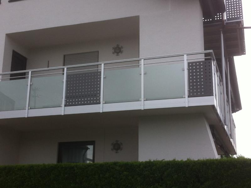 balkon_geissler_aluminium_glas_zwischen_den_pfosten_beispiel_12AGP