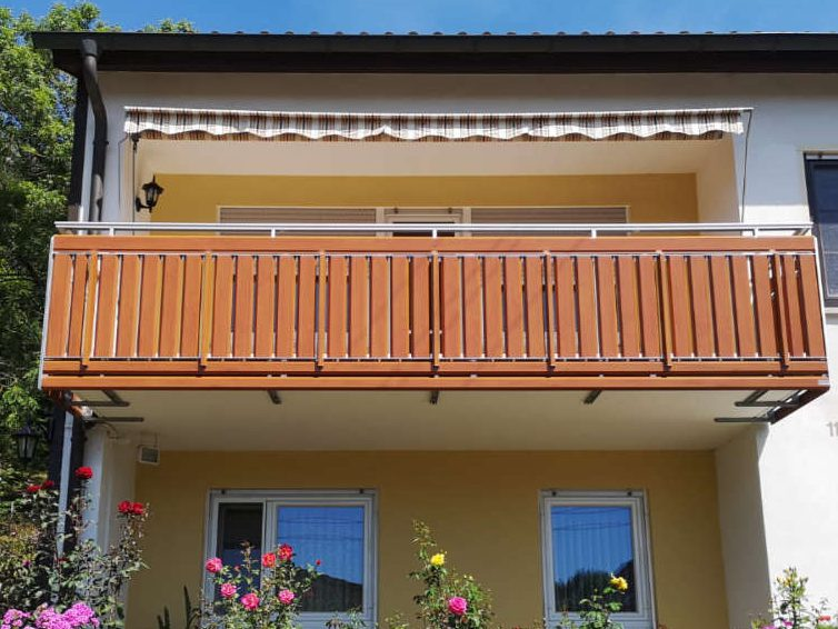 balkon_geissler_aluminium_holzdekor_senkrecht_beispiel_01AHs