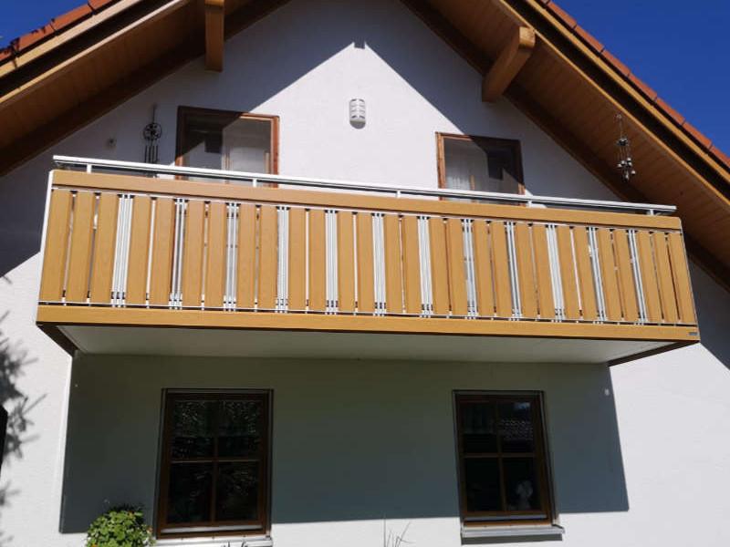 balkon_geissler_aluminium_holzdekor_senkrecht_beispiel_02AHs