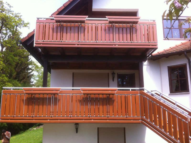 balkon_geissler_aluminium_holzdekor_senkrecht_beispiel_03AHs