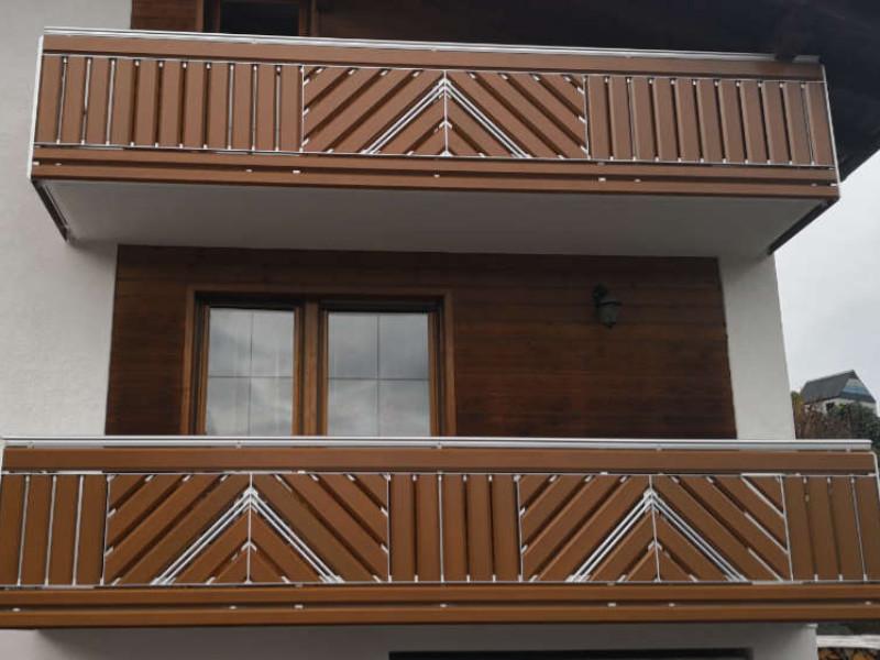 balkon_geissler_aluminium_holzdekor_senkrecht_beispiel_06AHs
