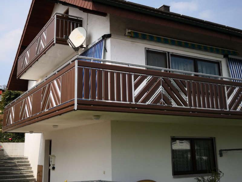 balkon_geissler_aluminium_holzdekor_senkrecht_beispiel_12AHs