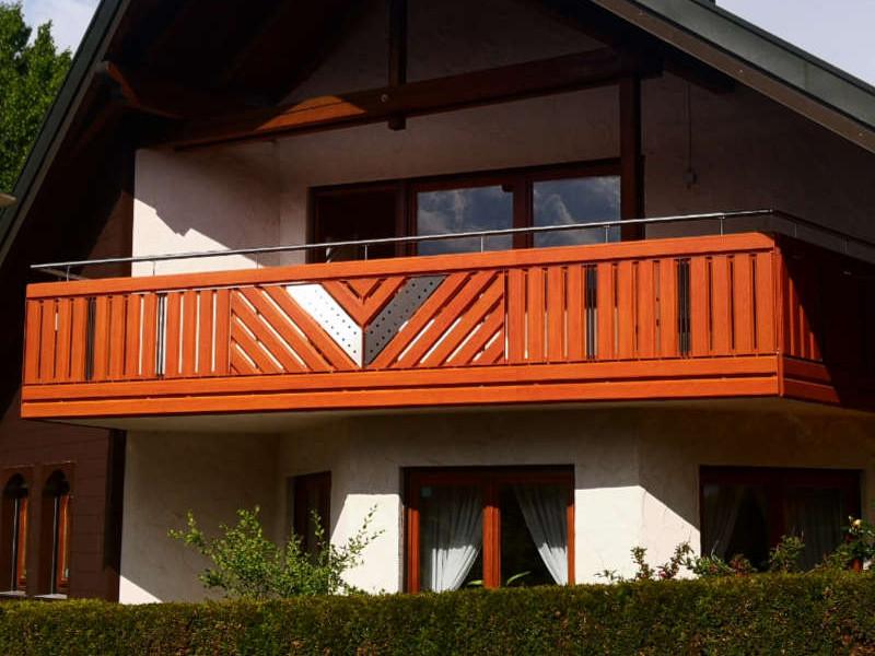 balkon_geissler_aluminium_holzdekor_senkrecht_beispiel_13AHs