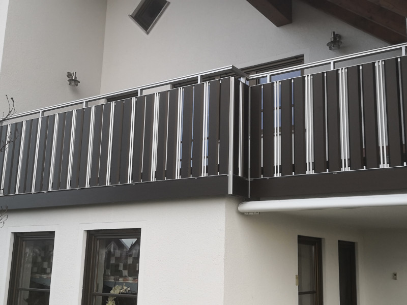 balkon_geissler_aluminium_pulverbeschichtet_senkrecht_beispiel_01APs