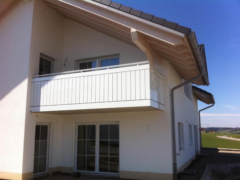balkon_geissler_aluminium_pulverbeschichtet_senkrecht_beispiel_02APs