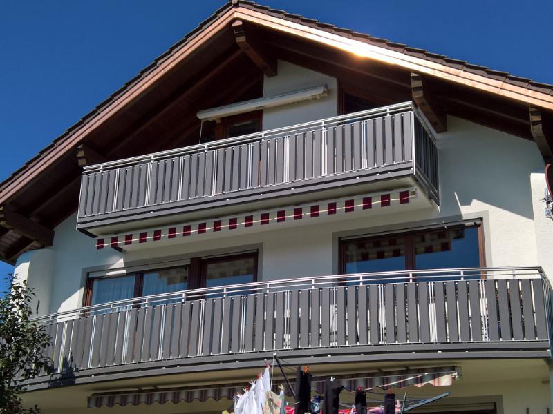 balkon_geissler_aluminium_pulverbeschichtet_senkrecht_beispiel_03APs