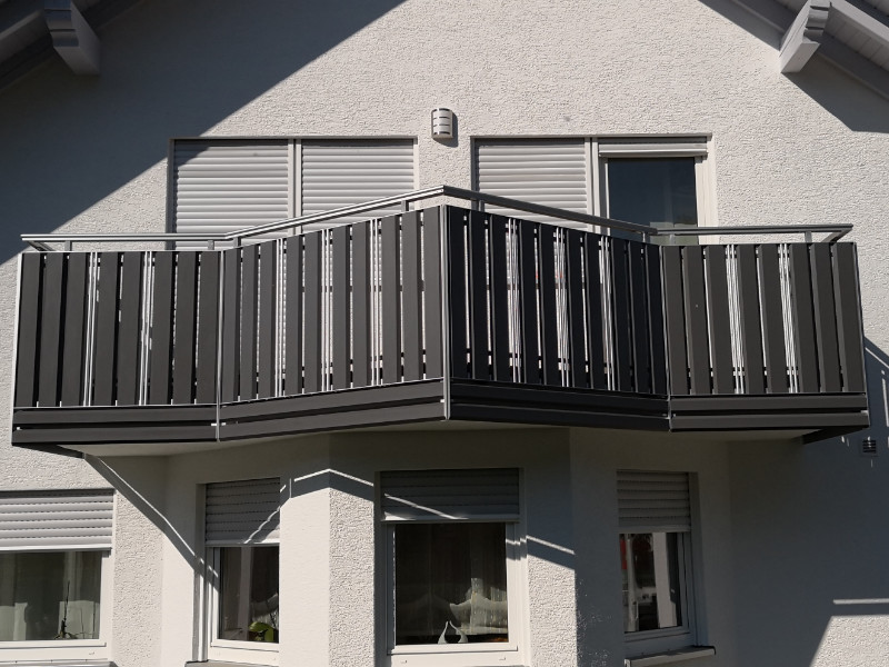 balkon_geissler_aluminium_pulverbeschichtet_senkrecht_beispiel_05APs