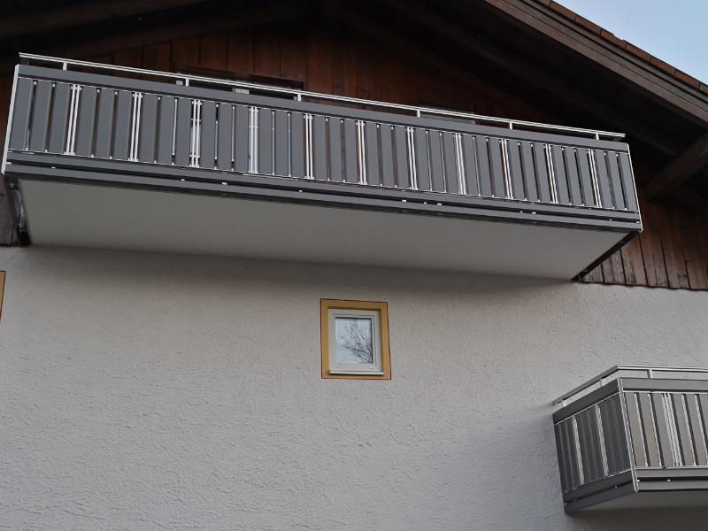 balkon_geissler_aluminium_pulverbeschichtet_senkrecht_beispiel_06APs