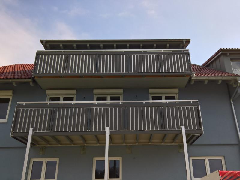 balkon_geissler_aluminium_pulverbeschichtet_senkrecht_beispiel_10APs