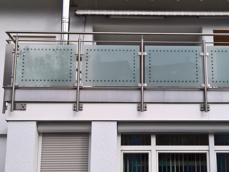 balkon_geissler_edelstahl_mit_glas_mit_sicherungsplatte_beispiel_03EGHS