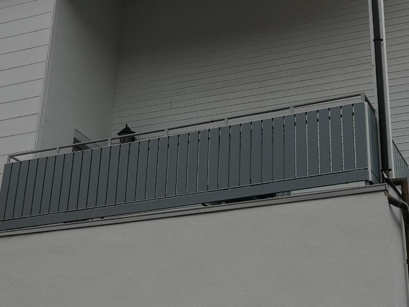 balkon_geissler_kunststoff_weiß/grau_auf_bestehendem_geländer_01KwbG