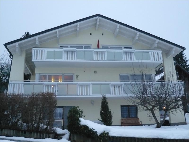 balkon_geissler_mehrfamilienhaus_aluminium_mit_glas_beispiel_01MG