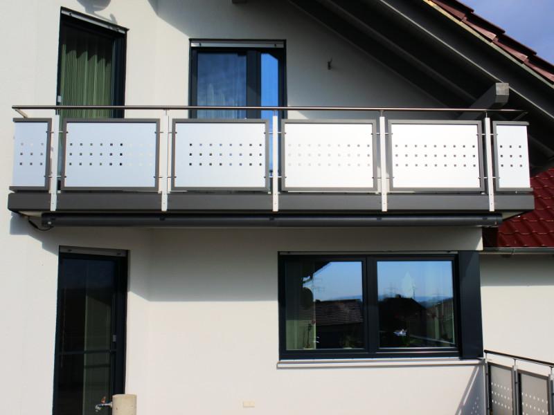 balkon_geissler_aluminium_blech_zwischen_den_pfosten_beispiel_05ABP