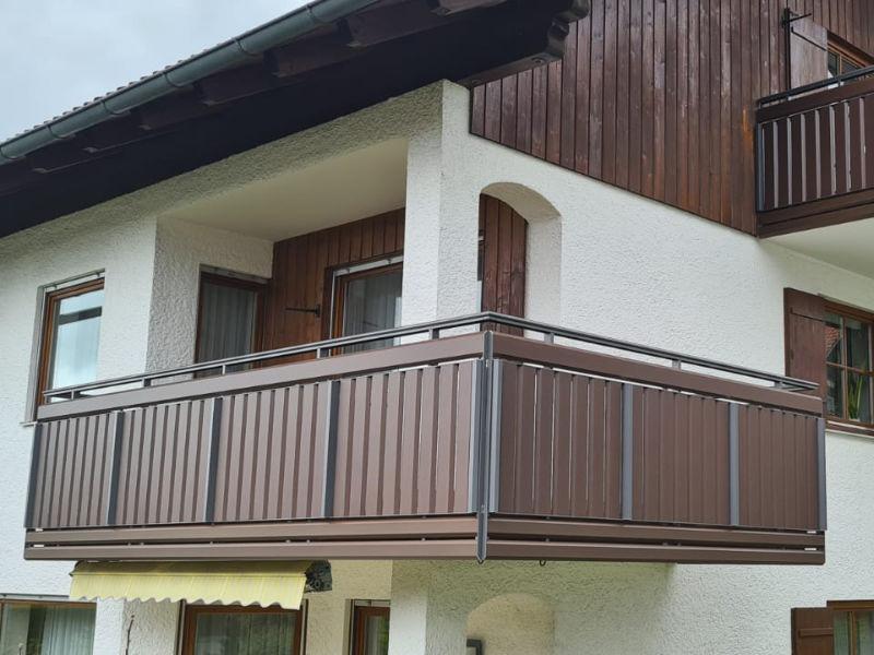 balkon_geissler_aluminium_holzdekor_senkrecht_beispiel_14AHs