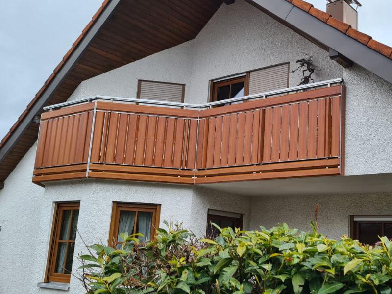 balkon_geissler_aluminium_holzdekor_senkrecht_beispiel_15AHs