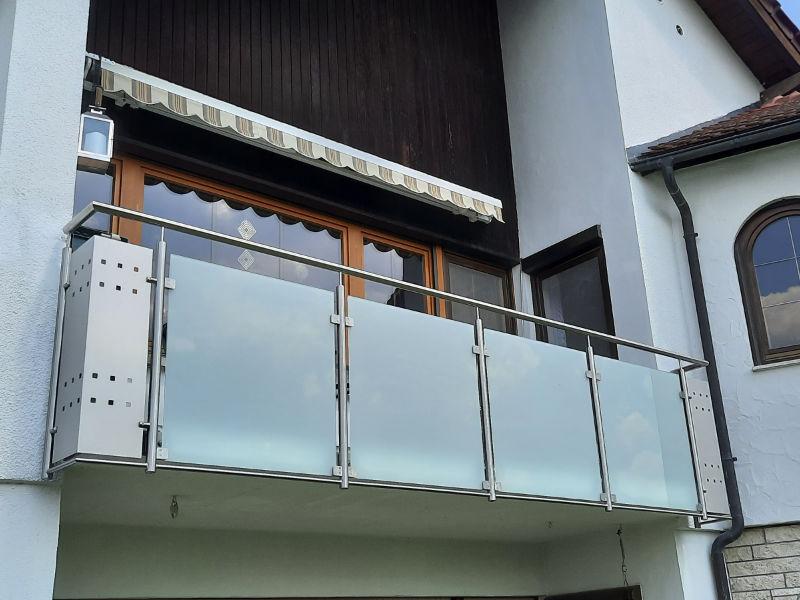 balkon_geissler_edelstahl_mit_glas_mit_sicherungsplatte_beispiel_13EGHS